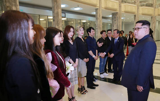 North Korean leader Kim Jong-un, right, meets with members of K-pop girl group Red Velvet and other South Korean performers in a concert in Pyongyang on April 1, 2018. Pyongyang recently has been cracking down on K-pop, K-drama and other South Korean entertainment. [YONHAP]