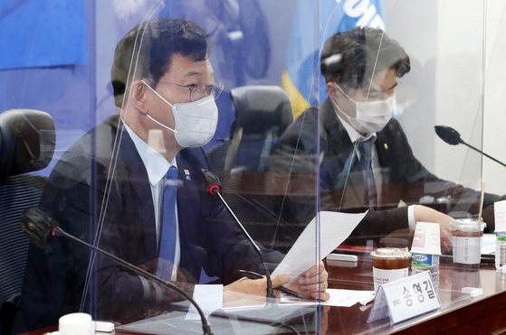 Democratic Party Chairman Song Young-gil, left, speaks at a meeting of the party and the government to discuss the recent collapse of a building in Gwangju that killed nine people. [NEWS1]