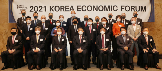 Financial Services Commission Chairman Eun Sung-soo, center, posing with foreign diplomats heads of businesses and financial companies during the Korea Economic Forum held at Lotte Hotel in Seoul on Thursday. [PARK SANG-MOON]