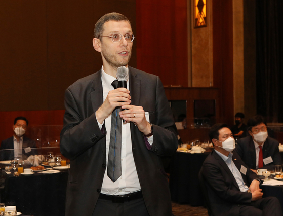 Julien Cats, French Embassy's Deputy Head of Mission, asking FSC Chairman Eun Sung-soo on the Korean government's position on financing coal-fired power plants overseas during the Korea Economic Forum held at Lotte Hotel on Thursday. [PARK SANG-MOON]
