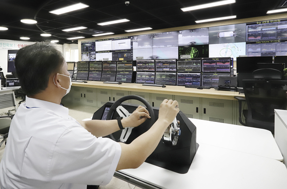 A KT employee remote controls the ship in Pohang from KT's network control center in Gwacheon, Gyeonggi. [KT]