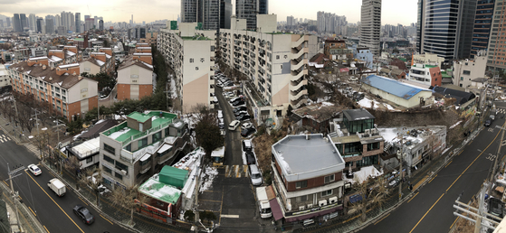 Pictured above is an old neighborhood in Dongja-dong near Seoul Station in central Seoul. The area was designated for regeneration in February by the Seoul city government and central government. [YONHAP]