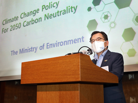 Korean Vice Environment Minister Hong Jeong-kee Thursday speaks on climate change policy at the Korea Economic Forum, attended by business leaders, officials and diplomats, at the Lotte Hotel in Sogong-dong, central Seoul. [PARK SANG-MOON]