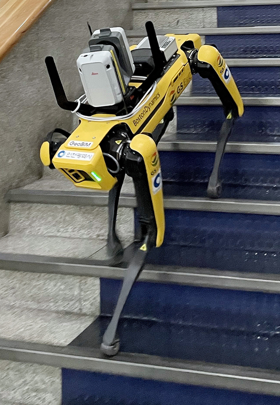 Spot, a four-legged robot developed by Boston Dynamics, walks down the stairs at Incheon City Hall in Namdong District, Incheon, on Thursday. GS Engineering & Construction plans to use the robot to collect information on smart city buildings during construction. [YONHAP]