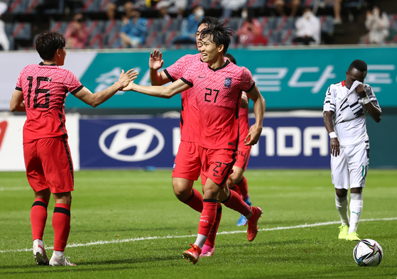 Jeong Woo-yeong, center, celebrates Korea's first goal with his teammates during the first half of the pre-Olympic friendly against Ghana at Jeju World Cup Stadium in Seogwipo, Jeju on Tuesday. [YONHAP]