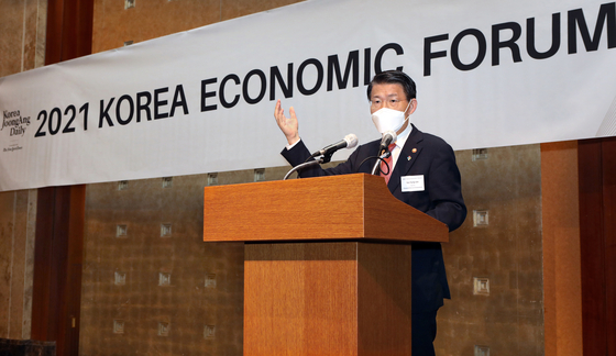 FSC Chairman Eun Sung-soo address the crowd of foreign dignitaries, foreign and Korean business leaders and heads of financial companies during the Korea Economic Forum held at Lotte Hotel on Thursday. [PARK SANG-MOON]