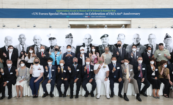 Huh Chang-soo, center in front row, chairman of the Federation of Korean Industries, poses with Korean War veterans from various countries at a special photo exhibition on Korean War veterans at the FKI building in Yeouido, western Seoul, on Thursday.   [NEWS1]