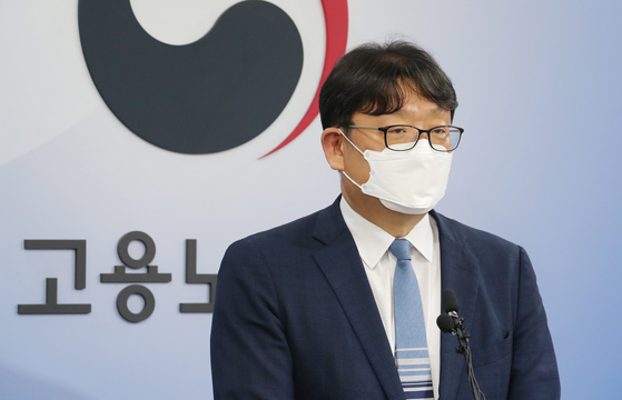 Kwon Ki-seop, the labor ministry's chief of labor policy, holds a press briefing on Wednesday to announce that the 52-hour work week will be enforced at small businesses with five to 49 employees starting July 1. [YONHAP]