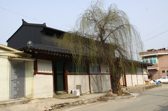 Jipyeong Brewery in Yangpyeong, built in 1925, is National Registered Cultural Heritage 594 for perfectly preserving the architectural characteristics of a raw rice wine brewery of the period. [CULTURAL HERITAGE ADMINISTRATION]