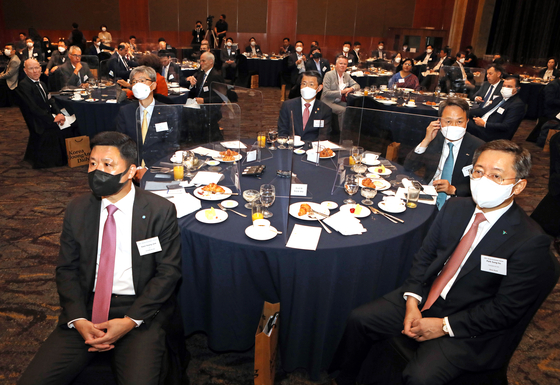 The heads of Korea's major banks at the Korea Economic Forum on Thursday listen to the welcome message by Cheong Chul-gun, CEO of the Korea JoongAng Daily. Clockwise from left: Kwon Kwang-seok, CEO of Woori Bank; Hur Yin, CEO of KB Kookmin Bank; Eun Sung-soo, chairman of the Financial Services Commission; Jin Ok-dong, CEO of Shinhan Bank; Park Sung-ho, CEO of Hana Bank. [PARK SANG-MOON]