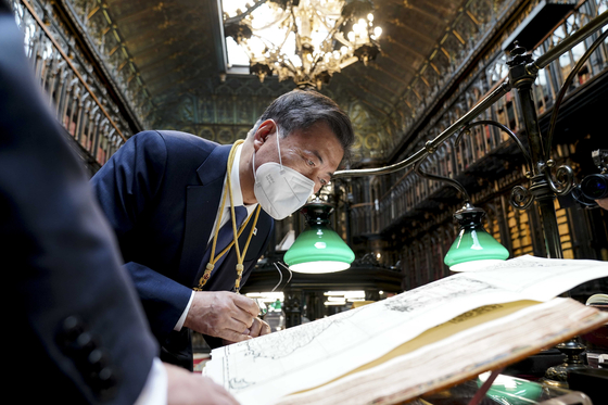"""Korean President Moon Jae-in looks at the """"Map of Joseon Kingdom"""" at the Spanish Senate Library in Madrid on Wednesday.  [YONHAP]"""