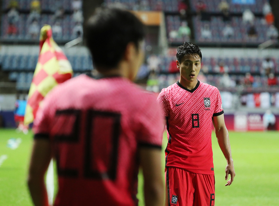 Paik Seung-ho, right, waits for Lee Kang-in to make a corner kick during a pre-Olympic friendly against Ghana at Jeju World Cup Stadium in Seogwipo, Jeju on Tuesday. [NEWS1]