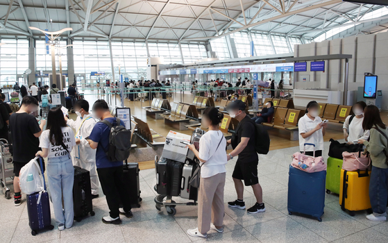 The departure hall at the Incheon International Airport is crowded with passengers on flights to China on Thursday afternoon. [YONHAP]
