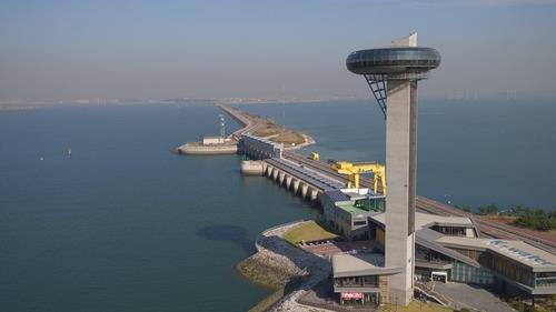 The extensive seawall that also operates the world's largest tidal power plant in Ansan, Gyeonggi. The city, which has the lead in energy self-sufficiency of which nearly 10 percent is generated from renewable energy, plans to expand its renewable energy capacity including windfarms and offshore solar farms. [YONHAP]