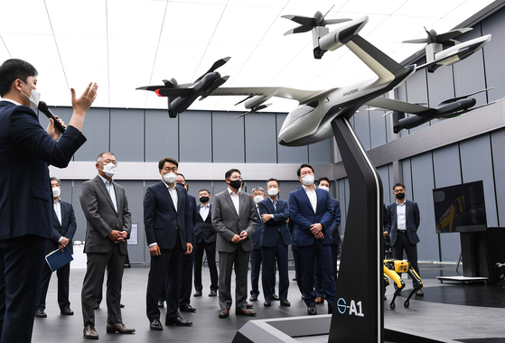 From left, Hyundai Motor Group Chairman Euisun Chung, SK Group Chairman Chey Tae-won,  Hyosung Group Chairman Cho Hyun-joon and Posco Group Chairman Choi Jeong-woo at Hyundai Motor's R&D center in Namyang, Gyeonggi, on June 10. [HYUNDAI MOTOR GROUP]