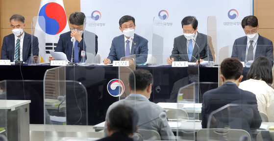 Vice Finance Minister Ahn Do-geol, center, announcing the results of performance evaluation for 131 public companies and institutes at the government complex in Seoul on Friday [YONHAP]