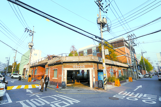 Cafe Onion, a bakery cafe located in Seongsu-dong, Seongdong District in eastern Seoul. The cafe renovated a factory built in 1970 to look like a modern hanok, or traditional Korean house. [JOONGANG DB]