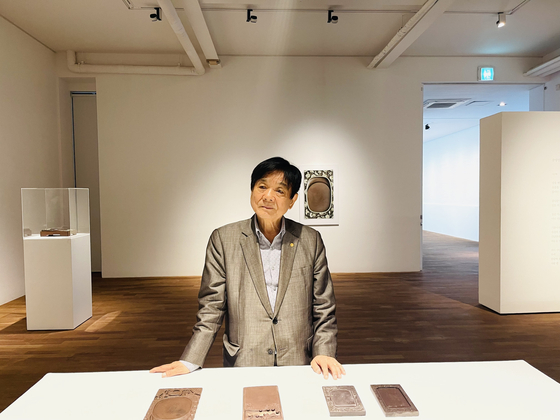 Lee Keun-bae, a poet and an avid collector of old inkstones, showcases his vast collection at the Gana Art Center in central Seoul. [YIM SEUNG-HYE]