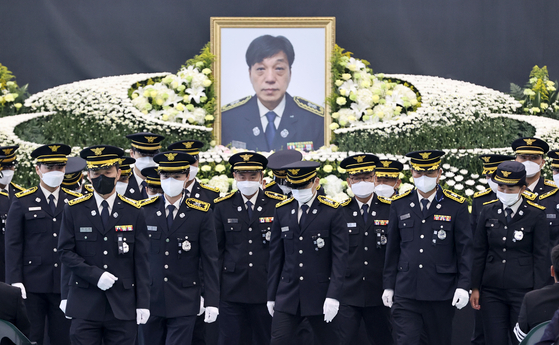 At the funeral service in Gwangju, Gyeonggi, on Monday for firefighter Kim Dong-shik, colleague firefighters return to their seats after paying tribute to the late firefighter, who was trapped in Coupang's blazing warehouse in Icheon, Gyeonggi, on Thursday and found dead on Sunday. [NEWS1]