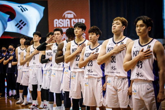 The Korean basketball team stands for the national anthem during a FIBA Asia Cup qualifier against the Philippines on Wednesday in New Clark City, the Philippines. [AFP/ YONHAP]