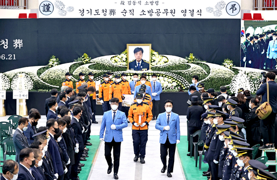 A funeral for firefighter Kim Dong-shik takes place in Gwnagju, Gyeonggi, on Monday. Kim died while putting out a fire at a Coupang warehouse in Icheon, Gyeonggi. [NEWS1]