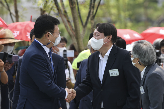 In this file photo, former Prosecutor General Yoon Seok-youl, right, shakes hands with Democratic Party Chairman Song Young-gil at the opening ceremony of the memorial of the independence fighter Lee Hoe-young on June 9, 2021, in Seoul. [NEWS1]