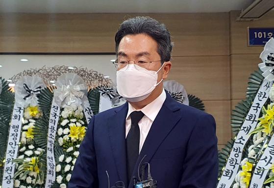 Kang Han-seung, Coupang Corp.'s representative director, pays respects to the firefighter Kim Dong-shik at a hospital mortuary in Hanam, Gyeonggi, on Saturday. [YONHAP]
