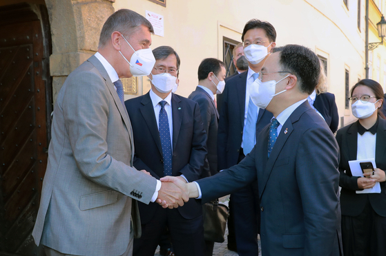 Korean Minister Moon Sung-wook, right, is greeted by Czech Republic Prime Minister Andrej Babis on Friday in Prague. [MINISTRY OF TRADE, INDUSTRY AND ENERGY]