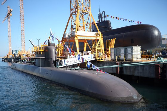 Two 3,000-ton, conventionally powered Dosan Ahn Changho-class attack submarines are berthed in Daewoo Shipbuilding & Marine Engineering's shipyard in Geoje, South Gyeongsang in November. [YONHAP]