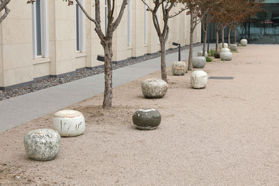 Ceramic artist Lee Kang-hyo's stools resembling 'onggi,' Korea's traditional round earthenware pots. [SEOUL MUSEUM OF CRAFT ART]