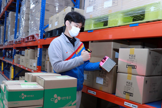 An employee at CJ Logistics works at a new fulfillment center jointly operated with Naver in Gunpo, Gyeonggi. [CJ Logistics]