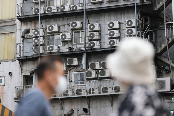 Air conditioners on the side of a building in Seoul oon Monday. With rising heat, energy consumption is expected to rise with more people turning on the cooling system. Yet the government has decide to freeze the energy bill in the third quarter worrying rising inflation impact on household amid Covid-19. [YONHAP]