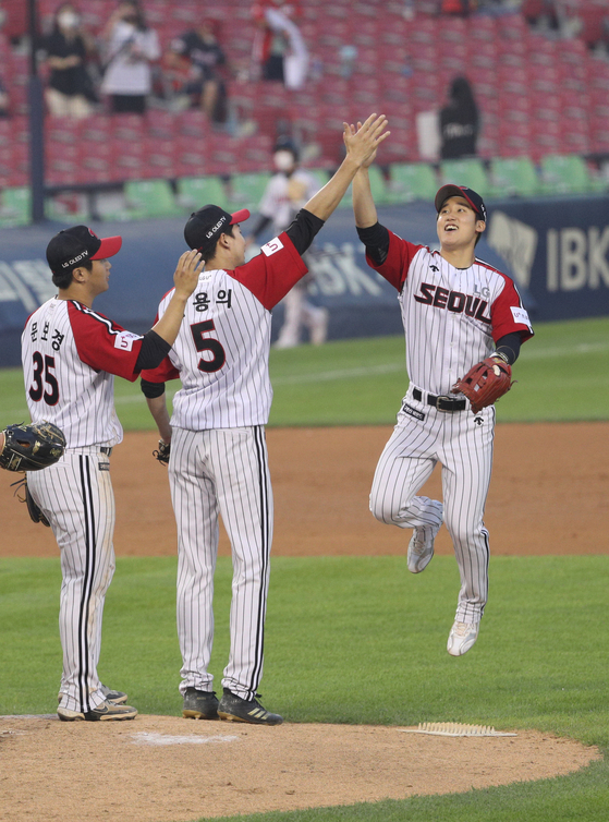 The LG Twins celebrate their 6-0 victory over the Kia Tigers at Jamsil Baseball Stadium in southern Seoul on Sunday. [NEWS1]