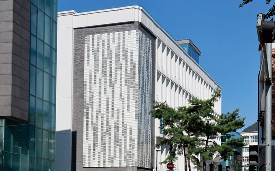 Ceramic artist Kang Suk-young decorated an exterior wall of the museum with approximately 4,000 ceramic tiles. [SEOUL MUSEUM OF CRAFT ART]
