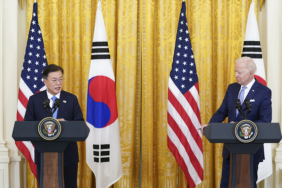 President Moon Jae-in and U.S. President Joe Biden hold a joint press conference at the White House after their summit on May 21. [NEWS1]