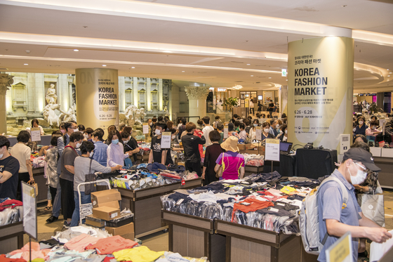 People shop at Lotte Department Store in central Seoul in June last year during the first season of the Korea Fashion Market. [KOREA FASHION INDUSTRY ASSOCIATION]