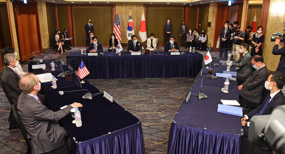 The nuclear envoys of the United States, South Korea and Japan hold a trilateral meeting on coordinating North Korea policy at Lotte Hotel in central Seoul Monday. From left center, Sung Kim, the U.S. special representative for North Korea; Noh Kyu-duk, South Korea's special representative for Korean Peninsula peace and security affairs; and Takehiro Funakoshi, Japan's director-general for Asian and Oceanian affairs, take part in the three-way discussions. [JOINT PRESS CORPS]