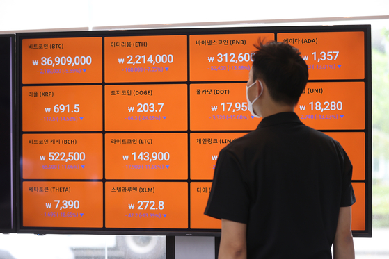Cryptocurrency prices are displayed on a digital screen operated by Bithumb in Seoul on Tuesday. Prices of cryptocurrencies are falling on news the Chinese government is cracking down on miners. [YONHAP]