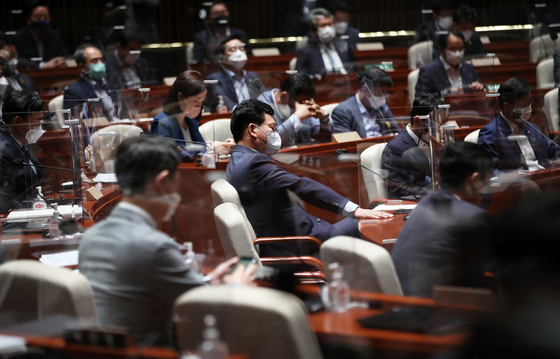 Lawmakers of the ruling Democratic Party hold a general assembly of lawmakers on Tuesday at the National Assembly. [NEWS1]