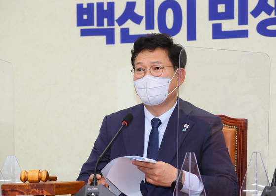 Democratic Party Chairman Song Young-gil talks at a party meeting on Wednesday. [YONHAP]