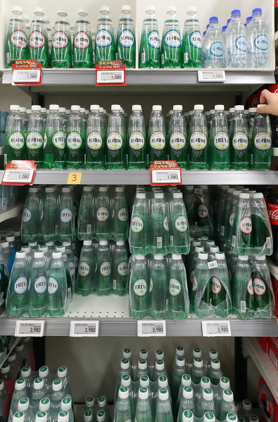 Bottles of sparkling water are displayed at a discount mart in Seoul on Wednesday. Korea Agro-Fisheries & Food Trade Corporation cited a report from market research firm Euromonitor, announcing that 24.3 million liters (6.4 million gallons) of sparkling water were sold in Korea last year, up 2.9 percent on year. [YONHAP]