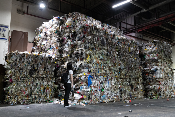 Piles of non-recyclable waste waiting to be incinerated at a recycling center in Jung District, central Seoul, on Tuesday. [JUNG JOON-HEE]