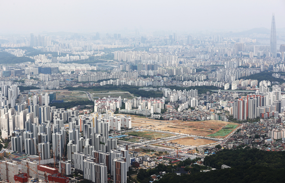 A view of apartment complexes in Songpa District and Gangnam District, both in southern Seoul, on Wednesday. According to the Citizens' Coalition for Economic Justice, apartment prices on average rose 93 percent per 3.3 square meters (35.5 square feet) during the four years of the Moon Jae-in administration. The civic group said the average household now has to save money for 25 years without spending a single won to purchase a 30-pyeong apartment in Seoul. [YONHAP]