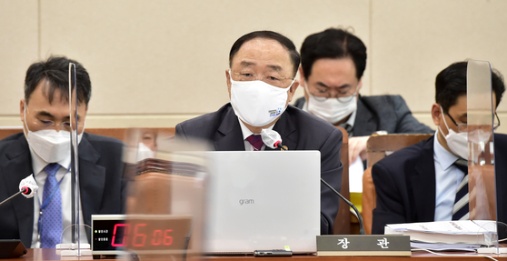 FInance Minister Hong Nam-ki answers questions from lawmakers while attending the National Assembly's Strategy and Finance Committee at the National Assembly in Yeouido, Seoul, on Wednesday. [YONHAP]