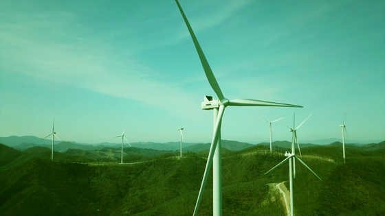 Kolon Global completed construction of its wind farm in Taebaek, Gangwon on Thursday. The wind farm can generate a total of 108,988 megawatt-hours of electricity annually. [YONHAP]