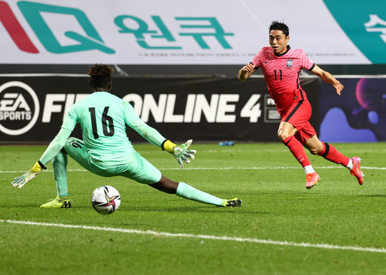 Lee Dong-jun kicks the ball past the goalkeeper, slotting in the winning goal during Korea's pre-Olympic friendly against Ghana at Jeju World Cup Stadium in Seogwipo, Jeju on Tuesday. [YONHAP]
