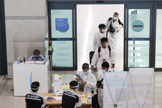 Foreign arrivals undergo quarantine procedures at Incheon International Airport on Thursday amid the global spread of the Delta coronavirus variant. [YONHAP]