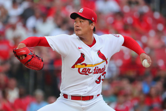 Kim Kwang-hyun of the St. Louis Cardinals delivers a pitch against the Pittsburgh Pirates in the first inning at Busch Stadium in St Louis, Missouri on Friday. [AFP/YONHAP]