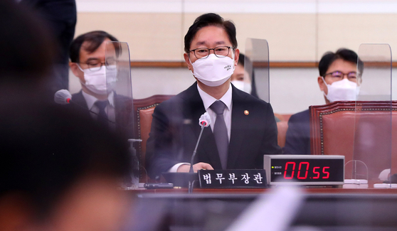 Justice Minister Park Beom-kye answers a lawmaker's question in a Legislation and Judiciary Committee meeting Friday at the National Assembly. Earlier in the day, Park ordered a reshuffle of mid-level prosecution leaders.  [NEWS1]