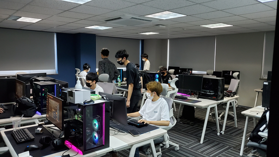 Students take part in an offline class at Gen.G Global Academy. [JEON YOUNG-JAE]